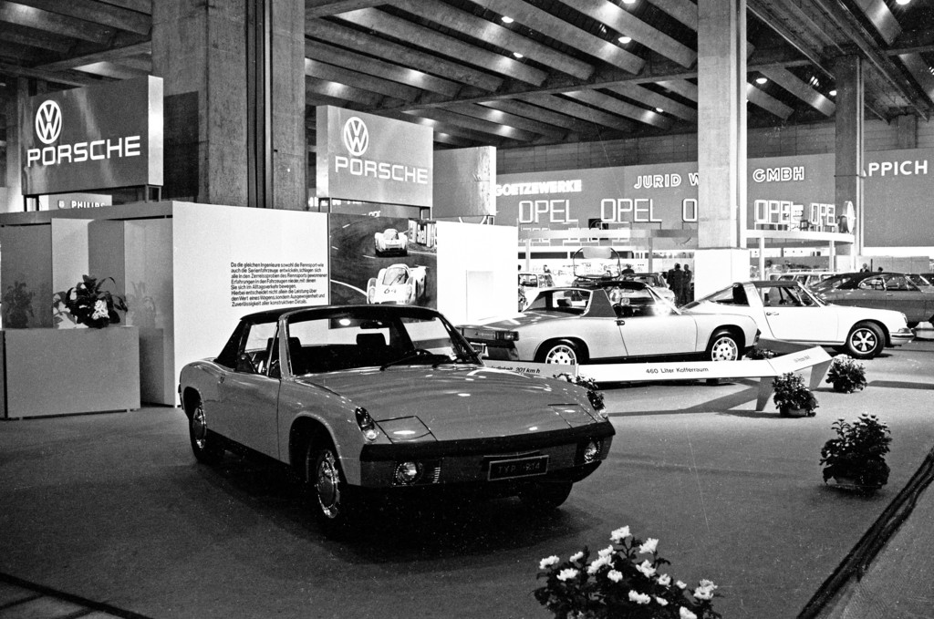 Porsche 914/4 (links) und 914/6 bei der Internationalen Automobilausstellung (IAA) in Frankfurt 1969.