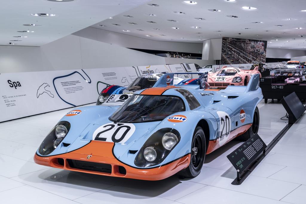 """Zwei 917 KH in """"Gulf""""-Farben, darunter der Kurzheck mit der Startnummer 20, gingen 1971 in Spa-Francorchamps an den Start."""