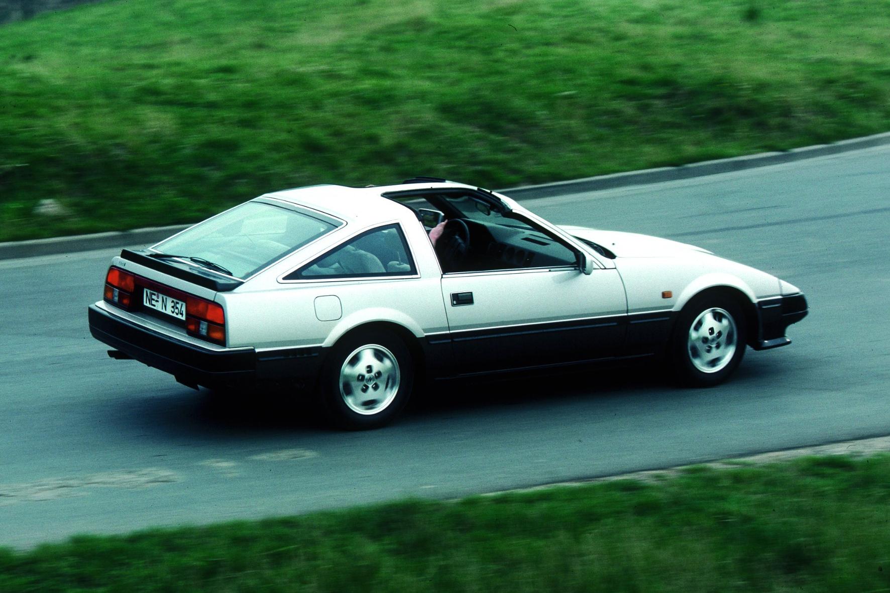 Der Anfang 1984 zunächst als Datsun genannte 300ZX ist schnittig unterwegs, mit Abrisskante am Kofferraum und Leichtbau V6-Motor.