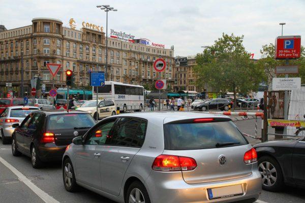 Im Stau zur Arbeit und wieder nach Hause: Für viele deutsche Pendler ist das tägliche Realität.
