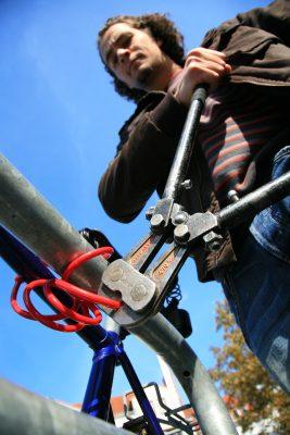 Mit einem mickrigen Stahlkabel sind Fahrraddiebe nicht zu stoppen.