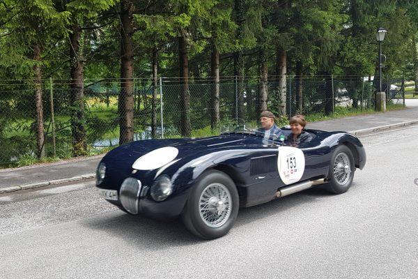 Jaguar XK 120 C von 1953. 220 PS waren damals schon drin, ein Luxusschlitten der heute noch durch sein Design begeistert. Pilot ist Horst Weiß mit Petra Schmid.