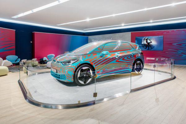 Autostadt: Getarnter Volkswagen ID3 und First Edition