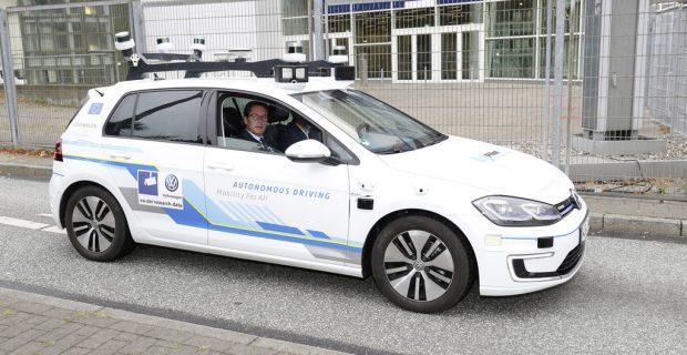 Scheuer lässt sich von vollautomatisiertem VW e-Golf chauffieren
