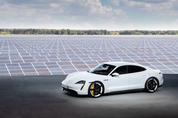 Vorhang auf: Der Taycan ist der erste Elektro-Sportwagen aus dem Hause Porsche.