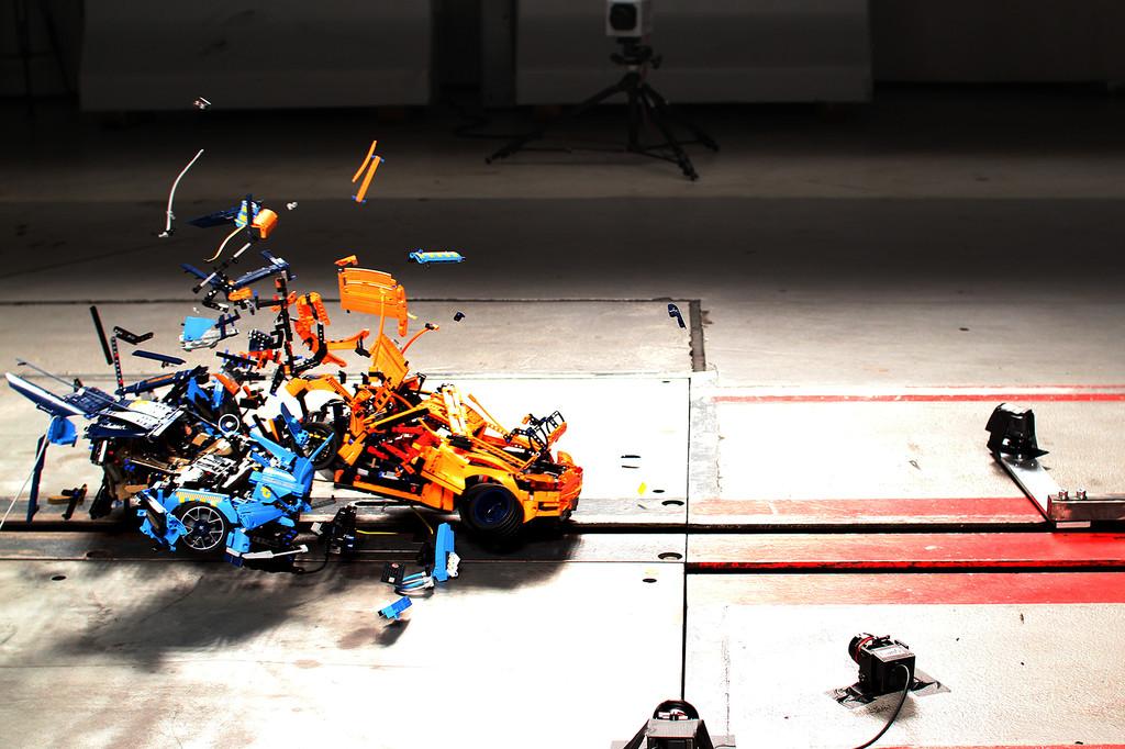 ADAC-Crashtest mit zwei Lego-Modellen im Maßstab 1:8.