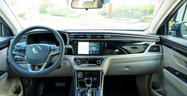 Stellwerk: Das elegante Cockpit verströmt die Eleganz einer Oberklasse-Limousine.
