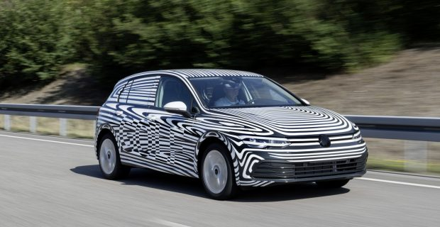 Noch getarnt, aber voll in Aktion: Der neue VW Golf kommt Ende 2019. Hier ein Foto von den Erprobungsfahrten.