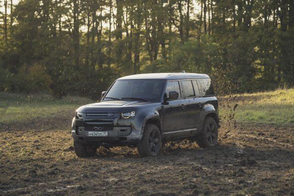 """Land Rover Defender bei Dreharbeiten zum James-Bond-Film """"Keine Zeit zu sterben""""."""