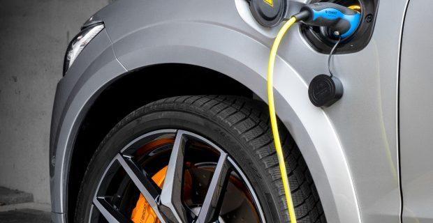Volle Ladung: Als Plug-in-Hybrid kommt der XC60 laut Datenblatt rein elektrisch 47 Kilometer weit.