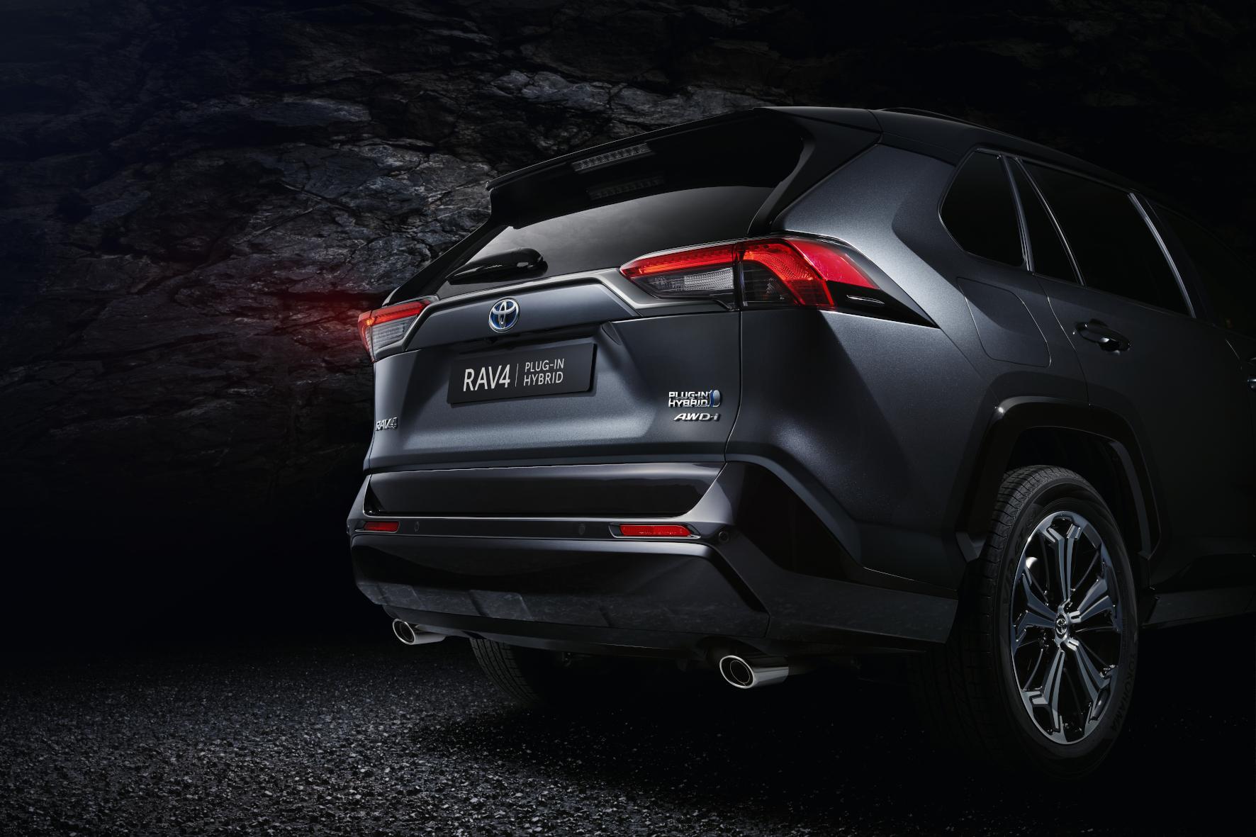 Auch die Heckpartie zeigt, dass Toyota bei der neuen RAV4-Variante auf Dynamik setzt.