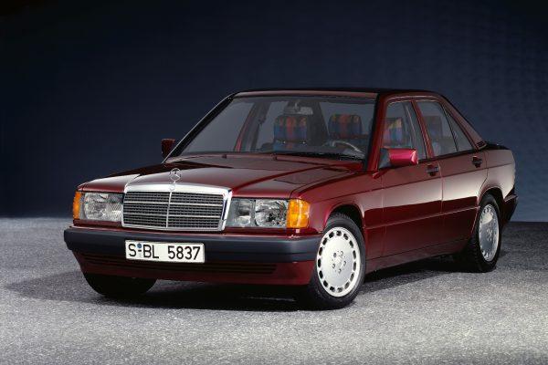 Der Mercedes-Benz 190 E 1.8 (W 201) mit Einspritzmotor löst 1990 den 190 mit Vergaser ab.