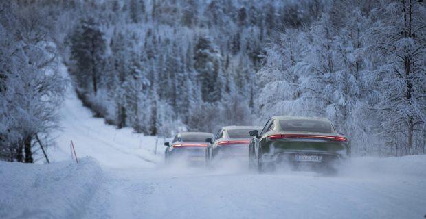Die Taycan-Karawane im Schnee: Vorsicht ist geboten auf den Testfahrten, überall gibt es Rentiere.
