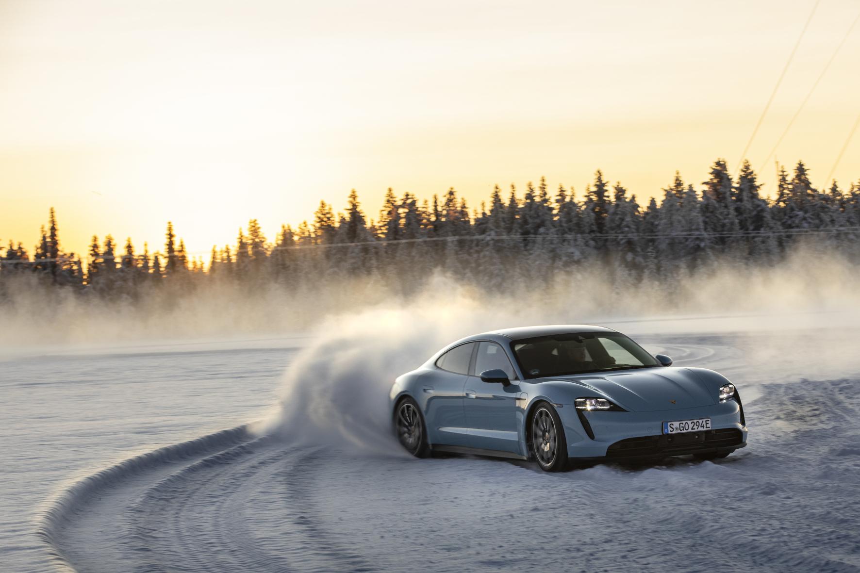 Kontrolliertes Driften: Auf Schnee und Eis fühlt sich der Taycan 4S pudelwohl.
