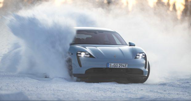 Wirbelt jede Menge Schnee auf: der Taycan 4S bei Testfahrten in Lappland.