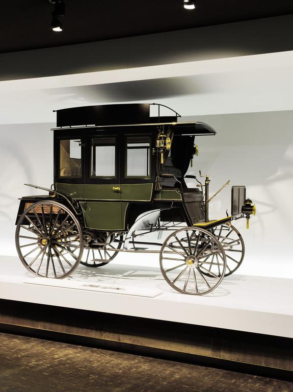 Motoromnibus (1895) auf Basis des Benz Landauers mit acht Sitzen im Mercedes-Benz-Museum.