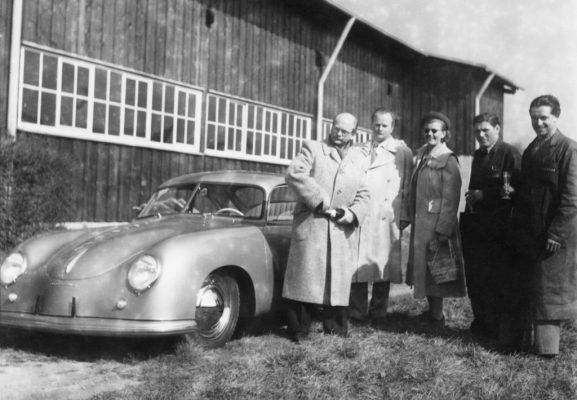 Werksabholung bei Porsche: Erste Abholung in Zuffenhausen am 26. Mai 1950.
