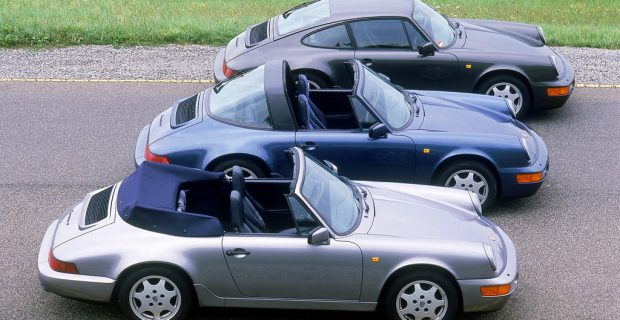 Porsche 911 Carrera 4 3,6 Cabriolet (vorn), 911 Carrera 4 3,6 Targa und 911 Carrera 4 3,5 Coupé, alle Jahrgang 1990.