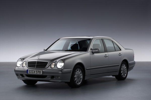 Mercedes-Benz E-Klasse: Vier Augen feiern Silberhochzeit