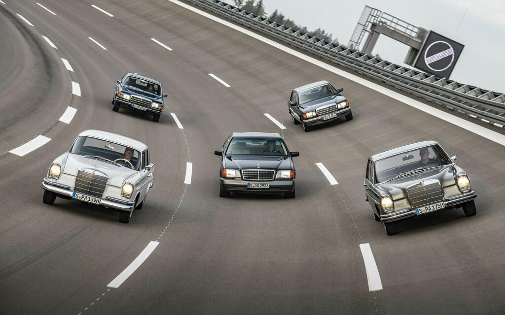 Fünf ältere Modellgenerationen Mercedes-Benz S-Klasse.