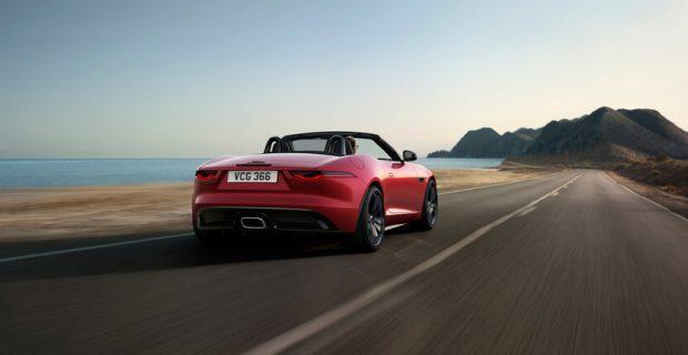 Jaguar F-Type R-Dynamic trägt Schwarz