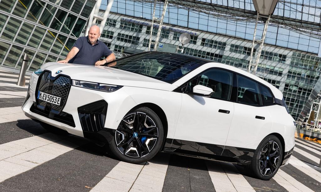 BMW iX und Autor Frank Wald.