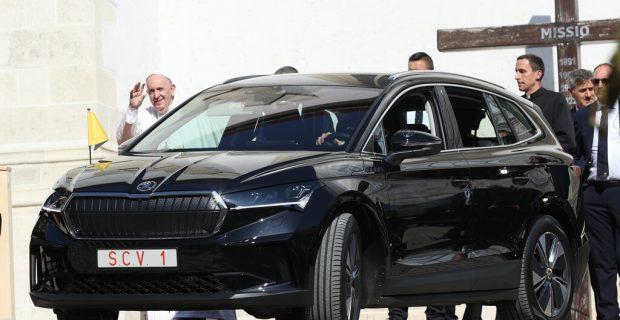 Der Papst reist im Skoda Enyaq iV